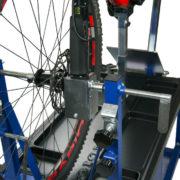 master repaing wokring bench banco riparazione bici